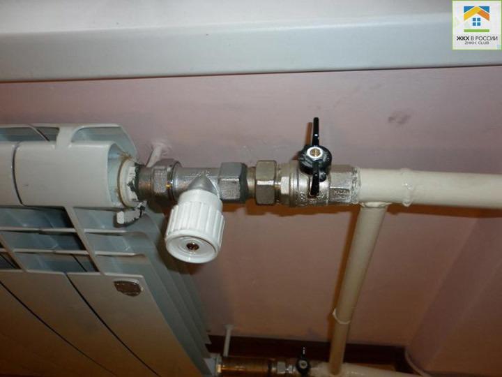 Запорный кран на батарее отопления