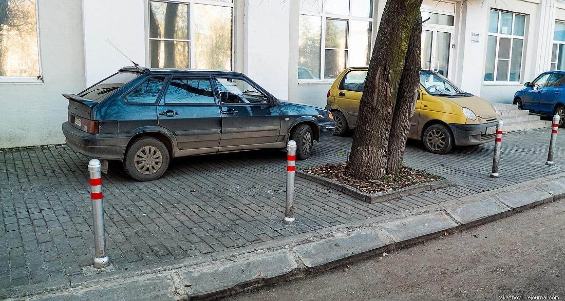 Машины припаркованные на тротуаре